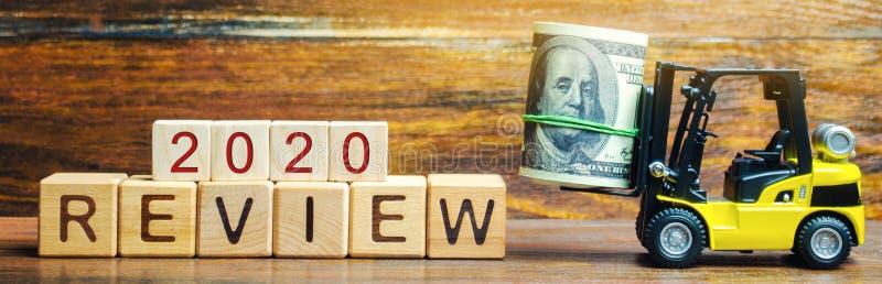 O caminhão de empilhadeira leva um pacote de dólares à revisão 2020 da inscrição Auditoria do negócio e das empresas, agências go imagens de stock royalty free