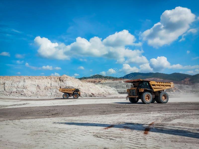 O caminhão de mineração amarelo está funcionando na mina de carvão fotografia de stock royalty free
