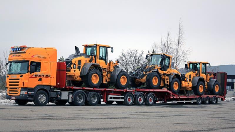O caminhão de Scania R500 transporta três carregadores da roda fotografia de stock royalty free