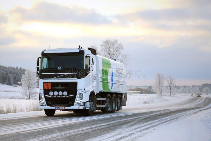 O caminhão de tanque de Volvo FH transporta o combustível diesel no inverno fotografia de stock royalty free