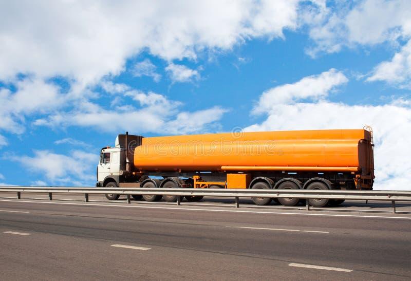 O caminhão do depósito de combustível vai na estrada imagens de stock royalty free