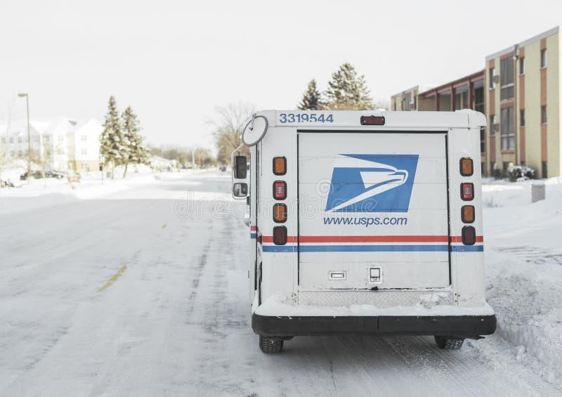 O caminhão do serviço postal do Estados Unidos estacionou na rua nevado fotografia de stock royalty free