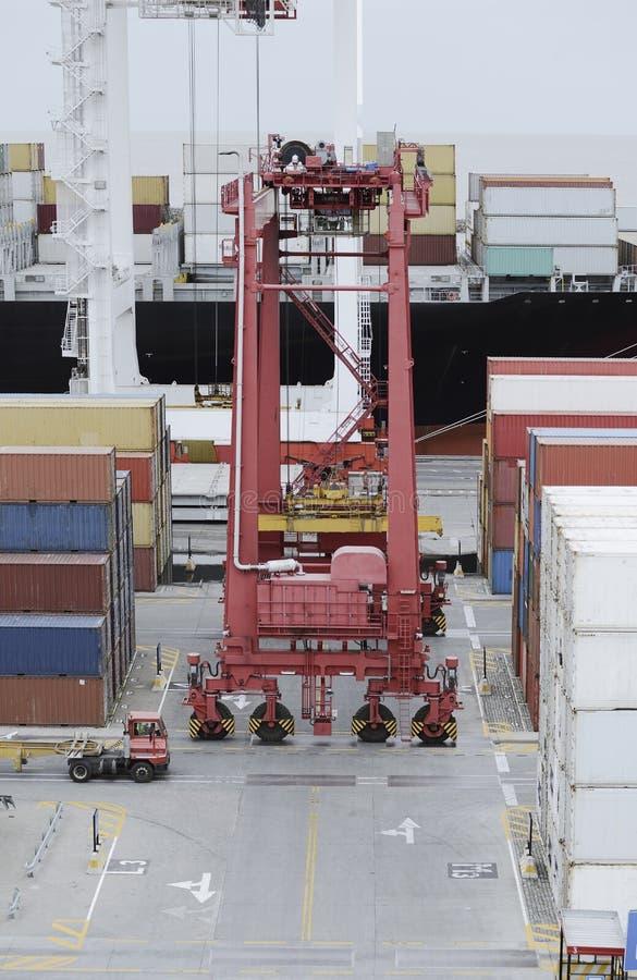 O caminhão dos recipientes de carga e um guindaste em um frete movem o terminal fotos de stock