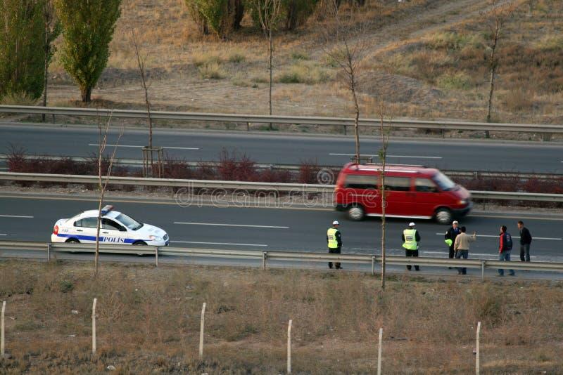 O caminhão encontra-se em uma estrada após o acidente de viação imagens de stock royalty free