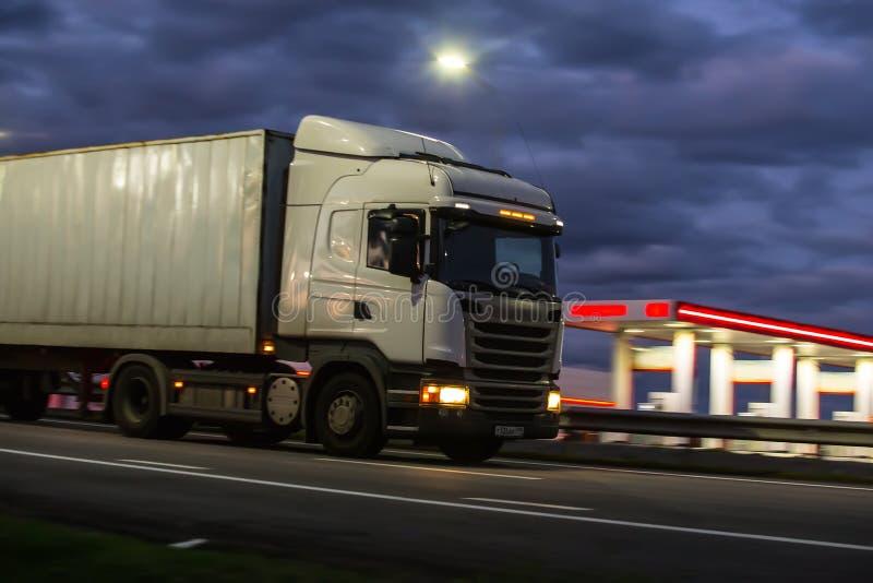 O caminhão move-se na estrada na noite imagens de stock