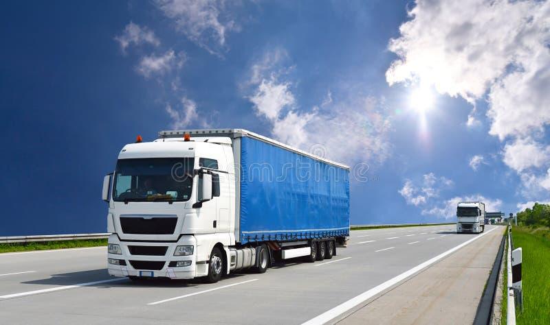 O caminhão transporta bens pela estrada - transporte e logística imagens de stock
