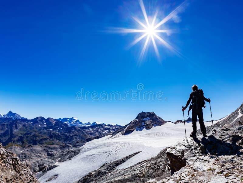 O caminhante alcança uma passagem de montanha alta, cumes italianos, ` Aosta de Val D, I foto de stock royalty free