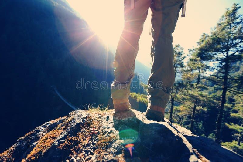 O caminhante aprecia o nascer do sol nas montanhas de himalaya foto de stock