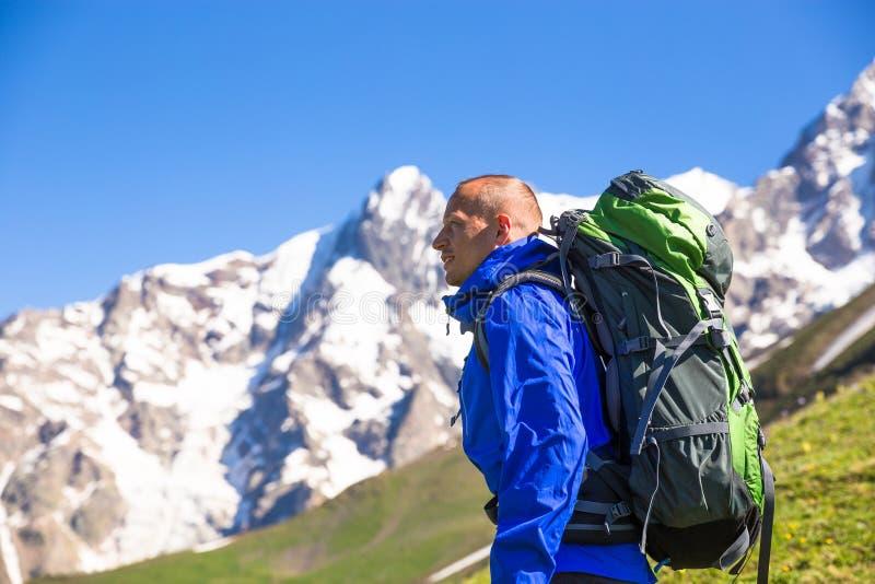 O caminhante feliz aprecia montanhas bonitas Relaxe horas de verão fotografia de stock