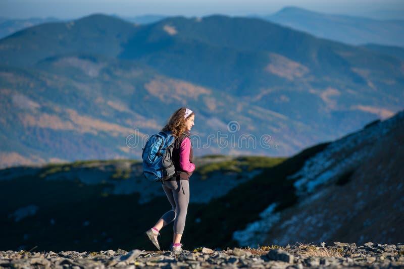 O caminhante feliz novo da mulher está andando na montanha plato imagens de stock