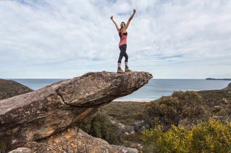 O caminhante nos braços do parque nacional estendidos sente no topo do mundo fotos de stock royalty free