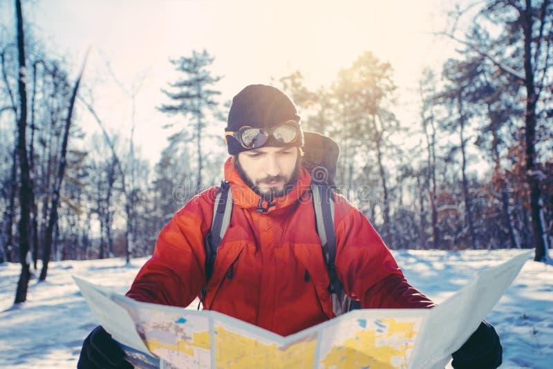 O caminhante verifica o mapa para ver se há o sentido fotografia de stock royalty free
