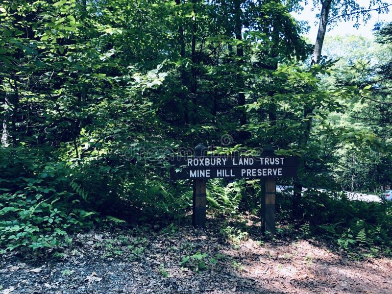 O caminho de trilha e o marcador de rota de trilha dentro da Reserva de Minas fotografia de stock