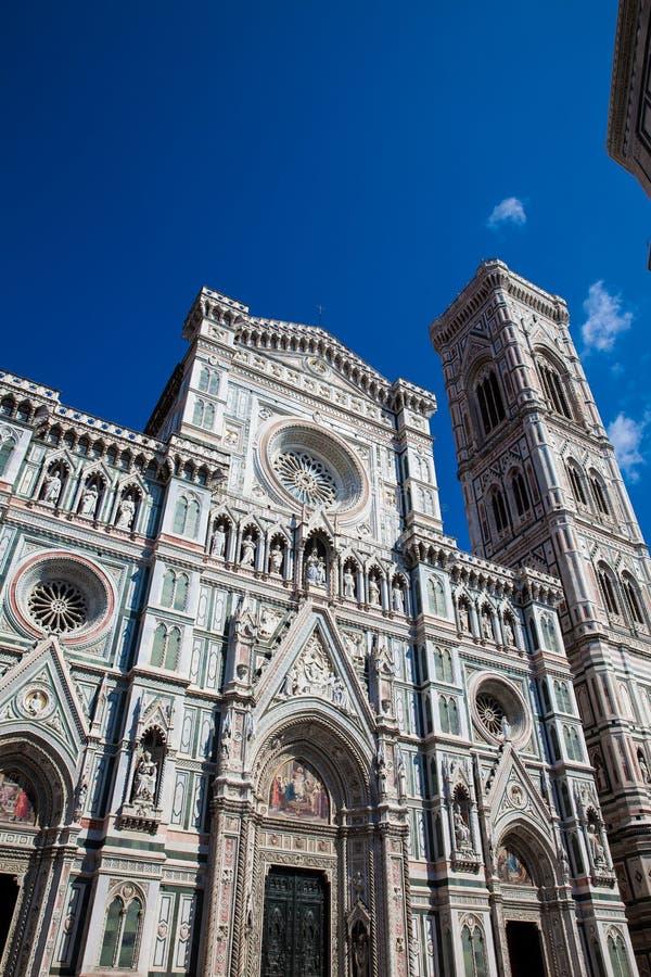 O Campanile e Florence Cathedral de Giotto consagraram em 1436 contra um céu azul bonito imagens de stock