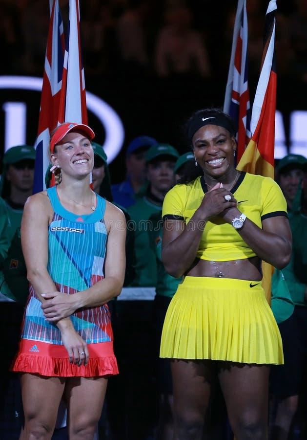 O campeão Angelique Kerber do grand slam de Alemanha L e australiano abre o finalista 2016 Serena Williams durante a apresentação foto de stock