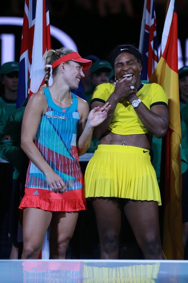 O campeão Angelique Kerber do grand slam de Alemanha L e australiano abre o finalista 2016 Serena Williams durante a apresentação fotos de stock royalty free
