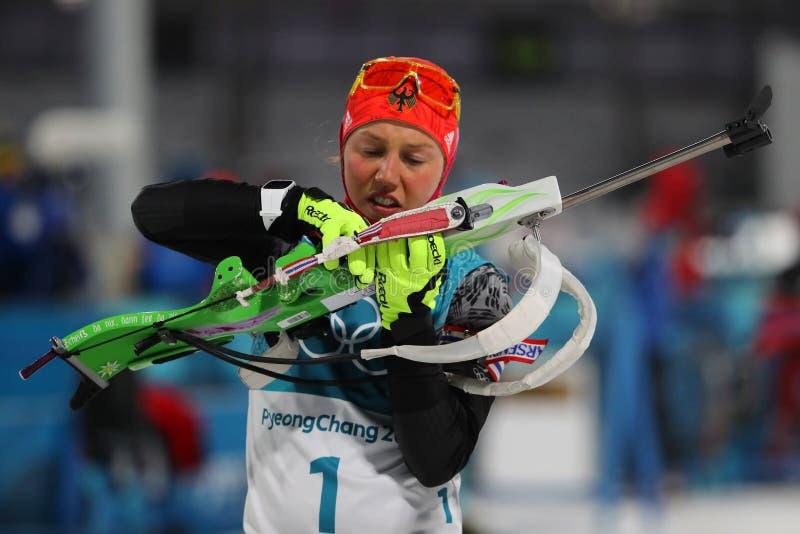O campeão olímpico Laura Dahlmeier de Alemanha compete no ` s das mulheres do biathlon uma perseguição de 10 quilômetros nos 2018 fotografia de stock royalty free