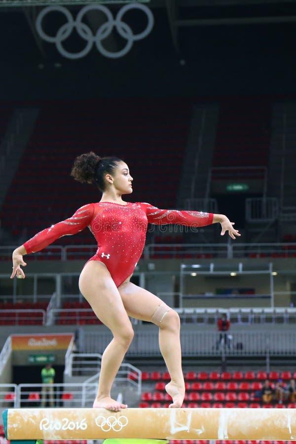 O campeão olímpico Laurie Hernandez do Estados Unidos pratica no feixe de equilíbrio antes da ginástica total do ` s das mulheres fotos de stock