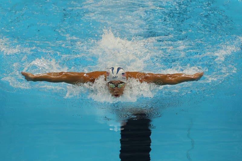 O campeão olímpico Michael Phelps do Estados Unidos compete na mistura do indivíduo dos 200m dos homens do Rio 2016 Jogos Olímpic imagem de stock
