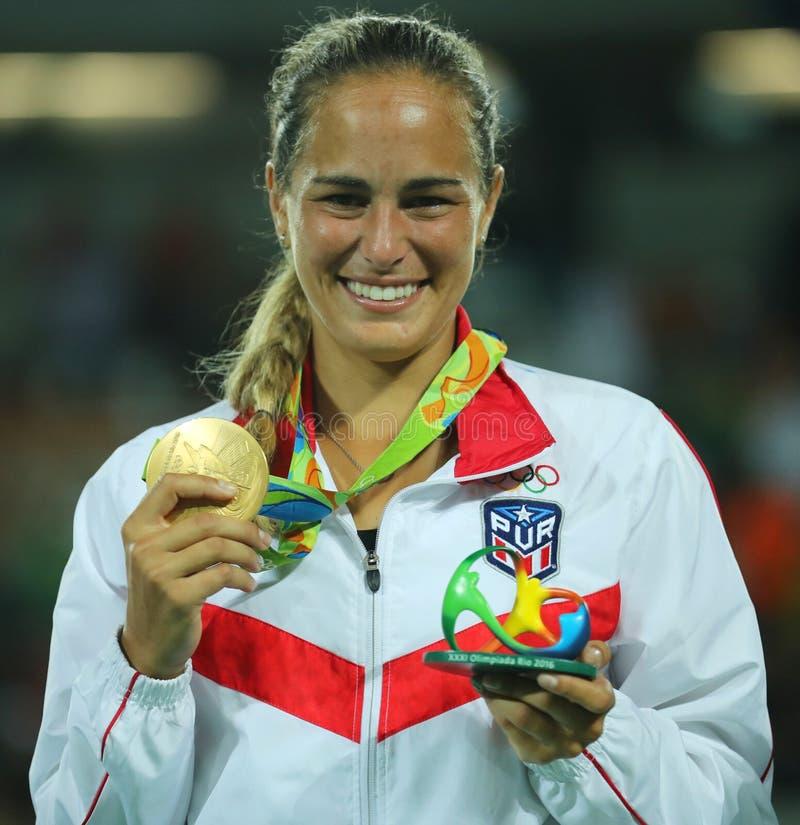 O campeão olímpico Monica Puig de Porto Rico durante a cerimônia da medalha após a vitória no ` s das mulheres do tênis escolhe o imagem de stock