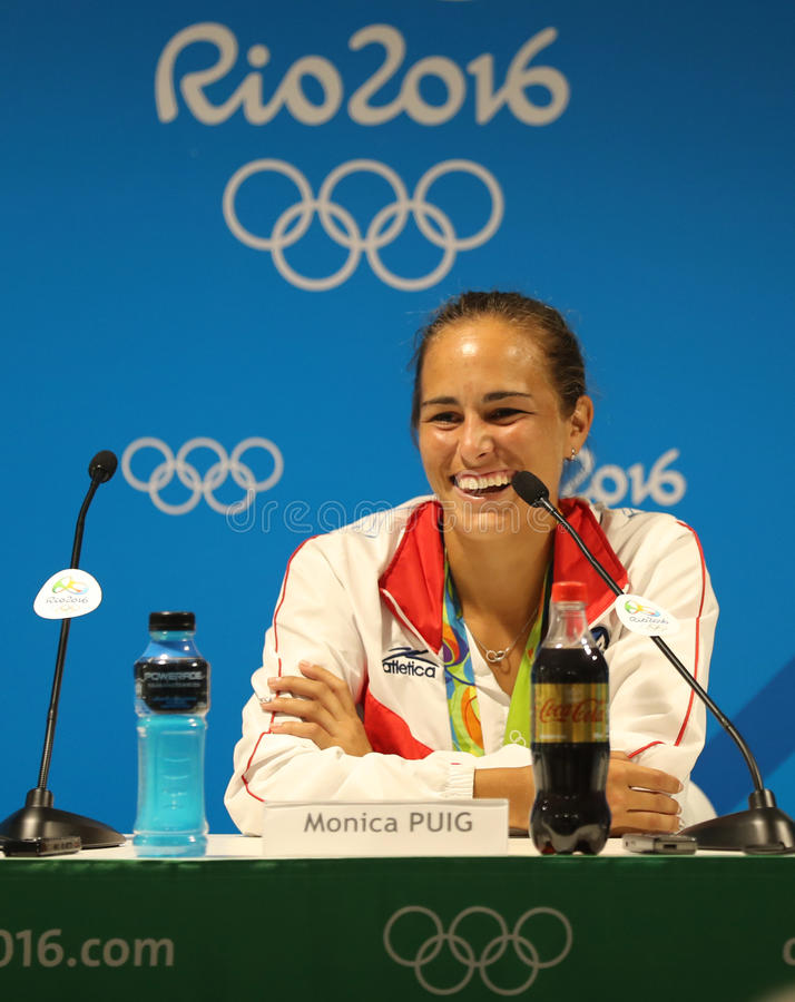 O campeão olímpico Monica Puig de Porto Rico durante a conferência de imprensa após a vitória no ` s das mulheres do tênis escolh imagens de stock