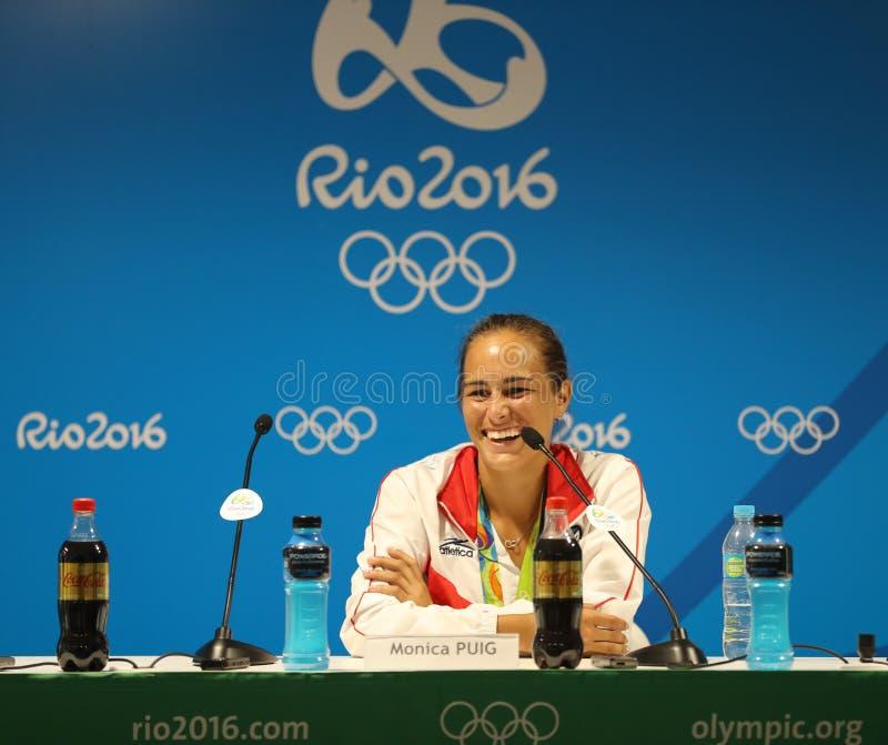O campeão olímpico Monica Puig de Porto Rico durante a conferência de imprensa após a vitória no ` s das mulheres do tênis escolh imagens de stock royalty free