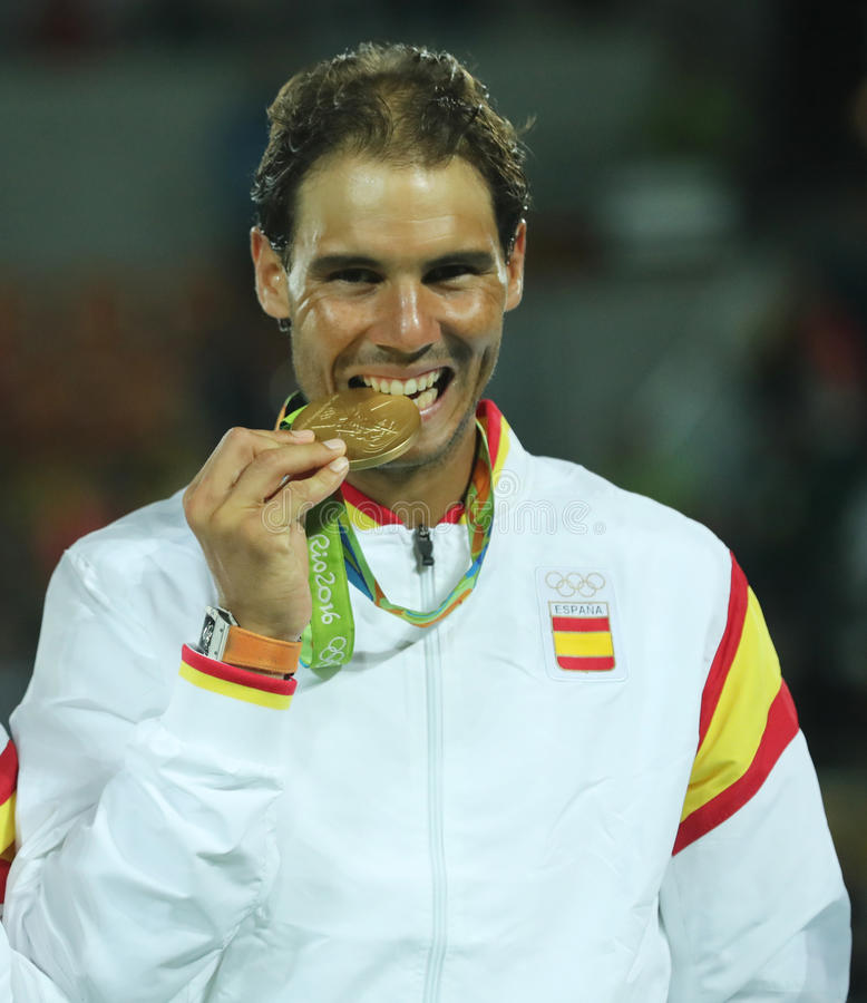 O campeão olímpico Rafael Nadal da Espanha durante a cerimônia da medalha após a vitória no ` s dos homens dobra o final do Rio 2 fotos de stock royalty free
