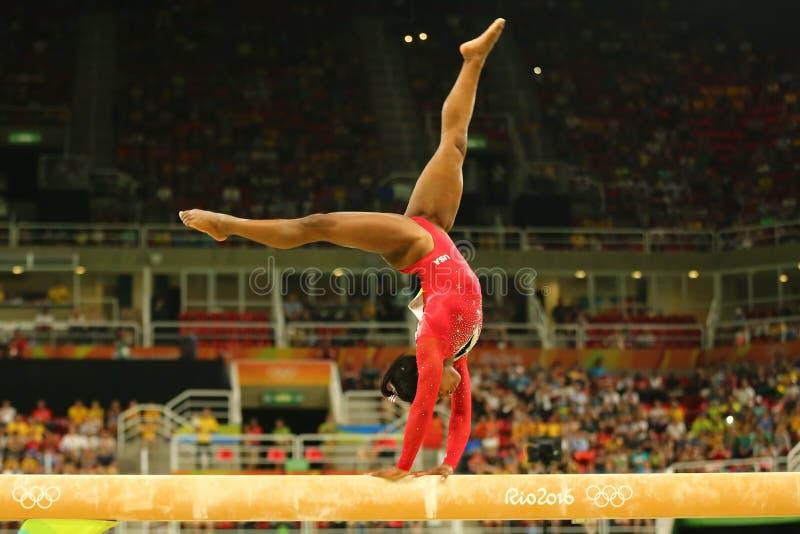 O campeão olímpico Simone Biles do Estados Unidos compete no final na ginástica artística do ` s das mulheres do feixe de equilíb imagens de stock