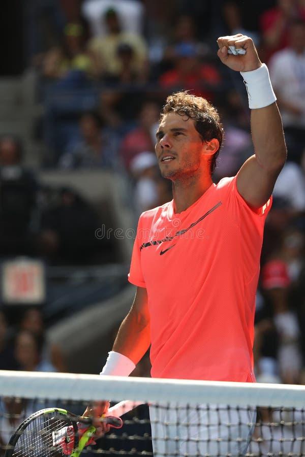 O campeão Rafael Nadal do grand slam da Espanha comemora a vitória após seu fósforo 4 redondo do US Open 2017 fotos de stock