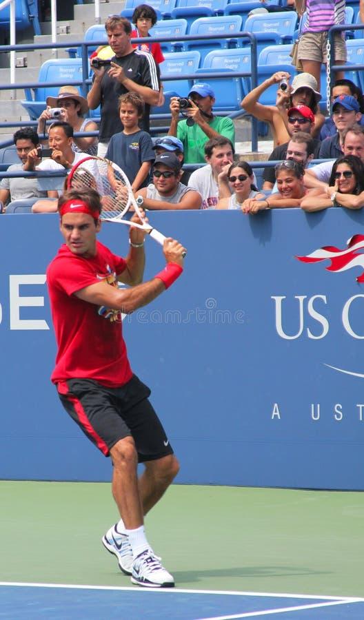 O campeão Roger Federer do grand slam de dezessete vezes pratica para o US Open em Billie Jean King National Tennis Cente foto de stock