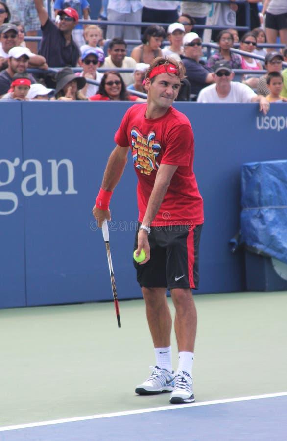 O campeão Roger Federer do grand slam de dezessete vezes pratica para o US Open em Billie Jean King National Tennis Cente fotos de stock