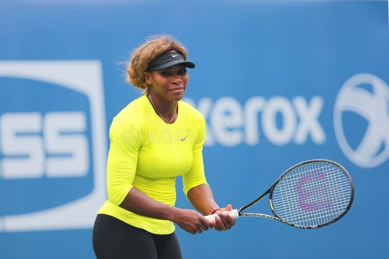 O campeão Serena Williams do grand slam de dezessete vezes pratica para o US Open 2014 imagens de stock royalty free