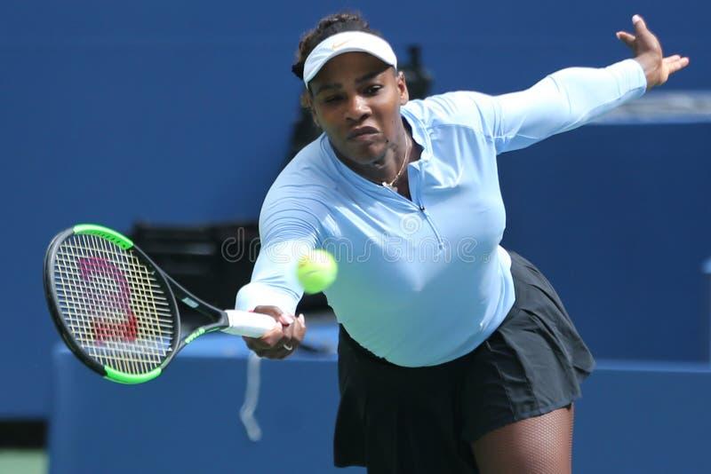 O campeão Serena Williams do grand slam pratica para o US Open 2018 em Billie Jean King National Tennis Center imagens de stock royalty free