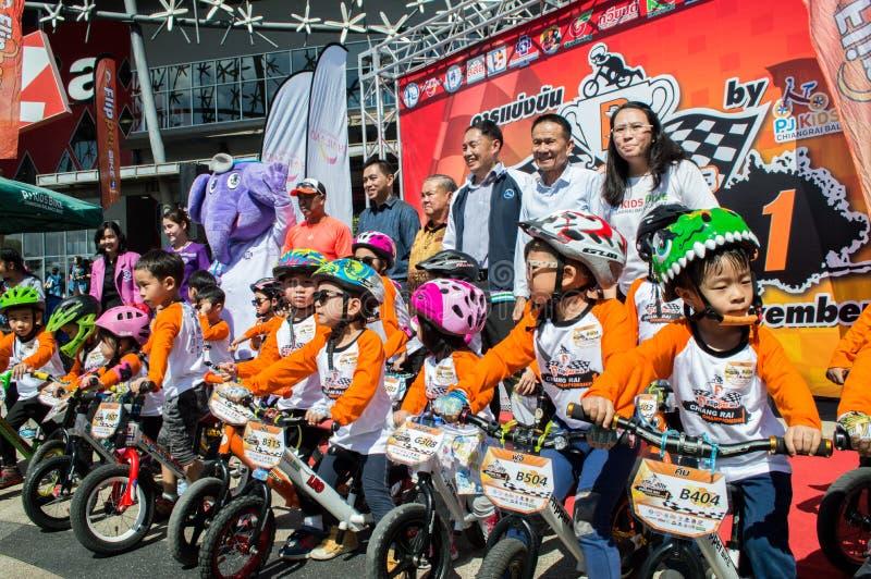 O campeonato de Chiangrai da bicicleta do equilíbrio da aleta, crianças participa na raça de bicicleta do equilíbrio foto de stock