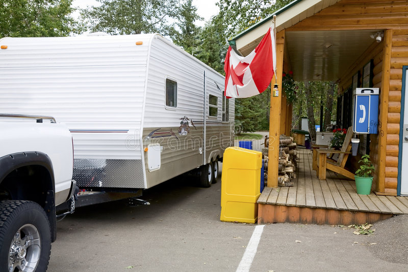 O Campground verific dentro imagens de stock