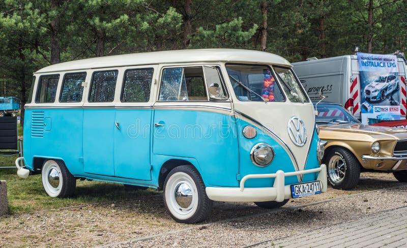 O campista branco e azul do vintage clássico da VW do transportador estacionou imagem de stock royalty free
