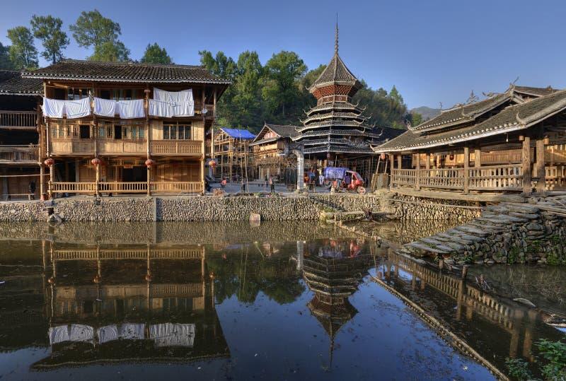 O campo chinês da estrutura de madeira é refletido na água rive foto de stock royalty free