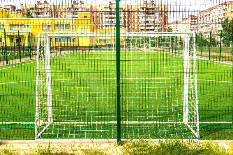 O campo de esportes para o minifootball e o futebol bloqueia o close-up em um r fotos de stock royalty free