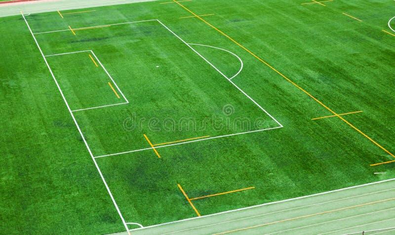 O campo de futebol é instalado com campo artificial do relvado imagem de stock