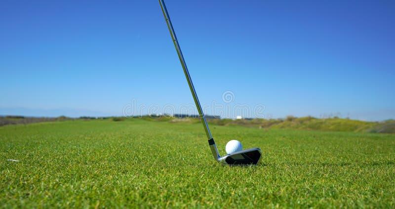 O campo de golfe e a bola de golfe fotografia de stock royalty free