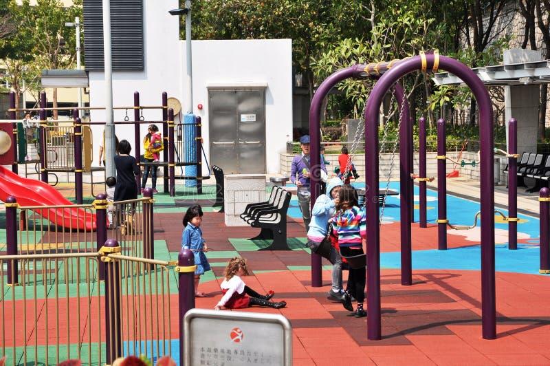 O campo de jogos das crianças da comunidade da opinião da rua de Hong Kong em Hong Kong, na mãe e nas crianças jogadas felizmente foto de stock royalty free