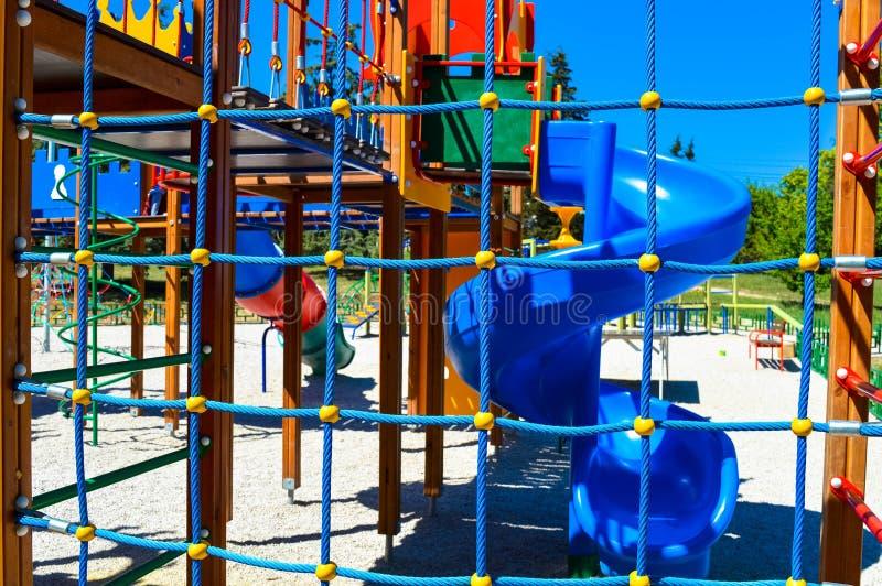 O campo de jogos do ` s das crianças é feito em cores brilhantes imagens de stock