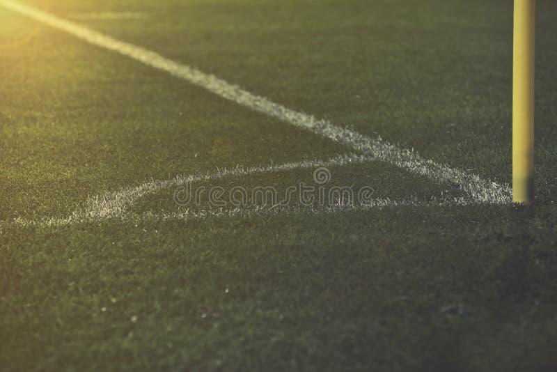 O campo do pontapé de canto e as linhas brancas no futebol lançam fotografia de stock