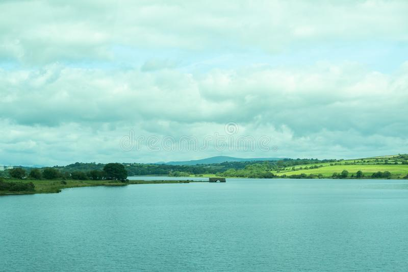 O campo irlandês com um lago fotografia de stock royalty free