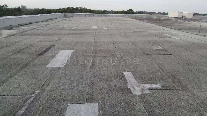 O campo; o telhado alterado na construção comercial encontrou bolsos de ar fotografia de stock