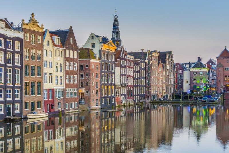 O canal de Damrak em Amsterdão, Países Baixos foto de stock