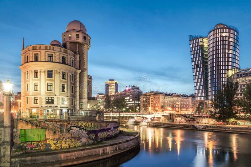 O canal de Danúbio em Viena na noite com Urania e torre de Uniqa, imagens de stock
