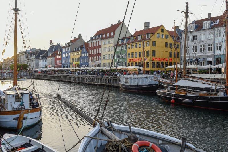 O canal de Nyhavn em Copenhaga em Dinamarca fotografia de stock