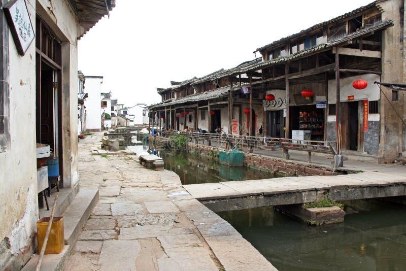 O canal de uma vila antiga na província de Anhui, China imagem de stock royalty free
