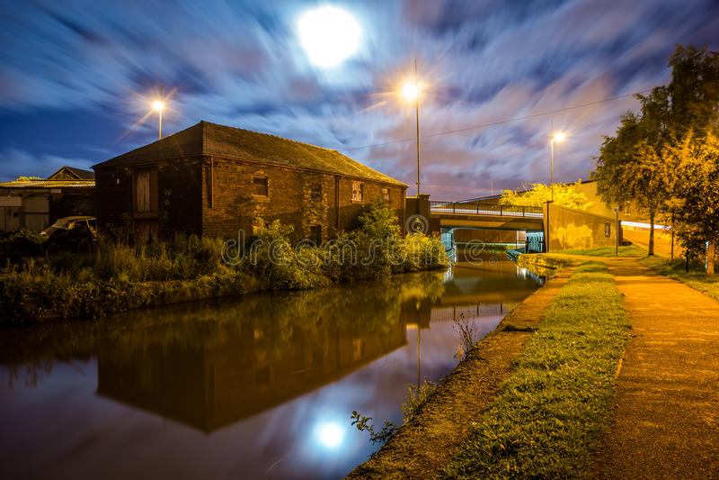 O canal na noite fotografia de stock